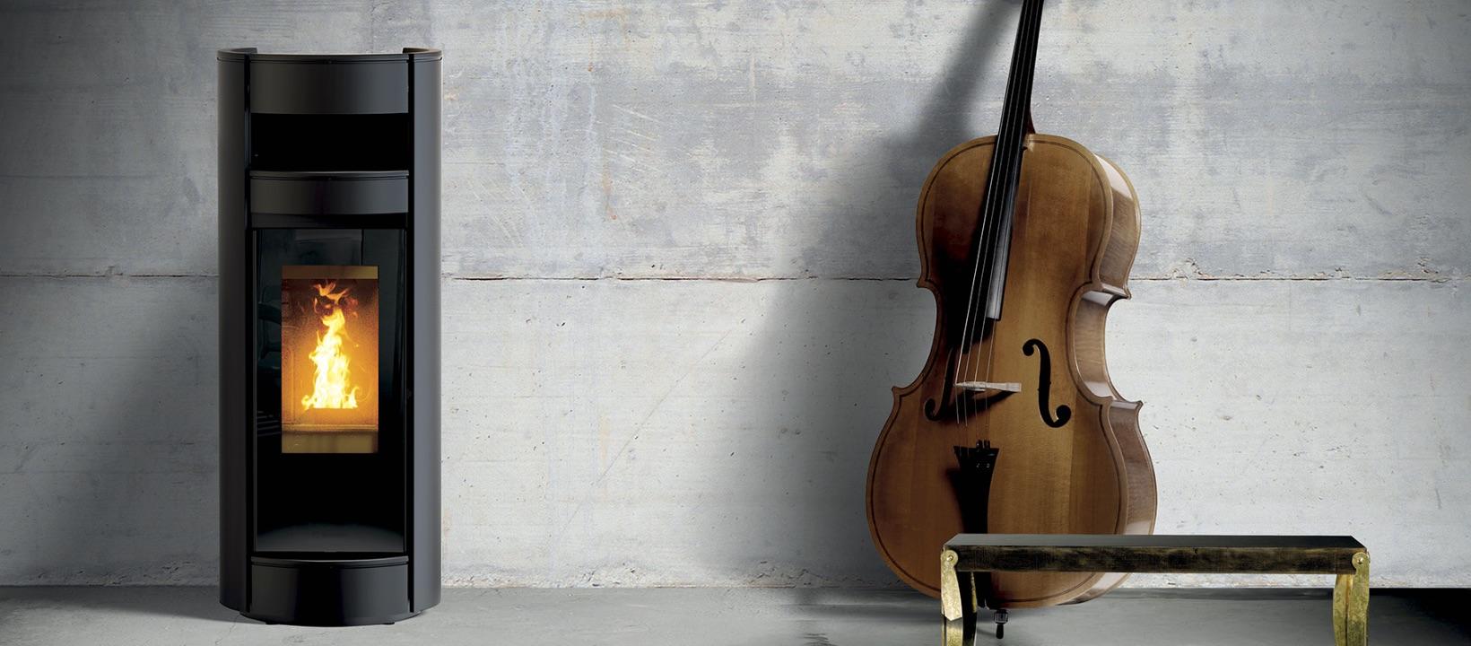 Beeld van een Thermorossi pelletkachel naast een cello